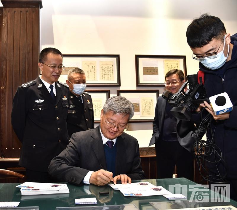 山东邮政副总经理林令才为集邮爱好者签字.jpg