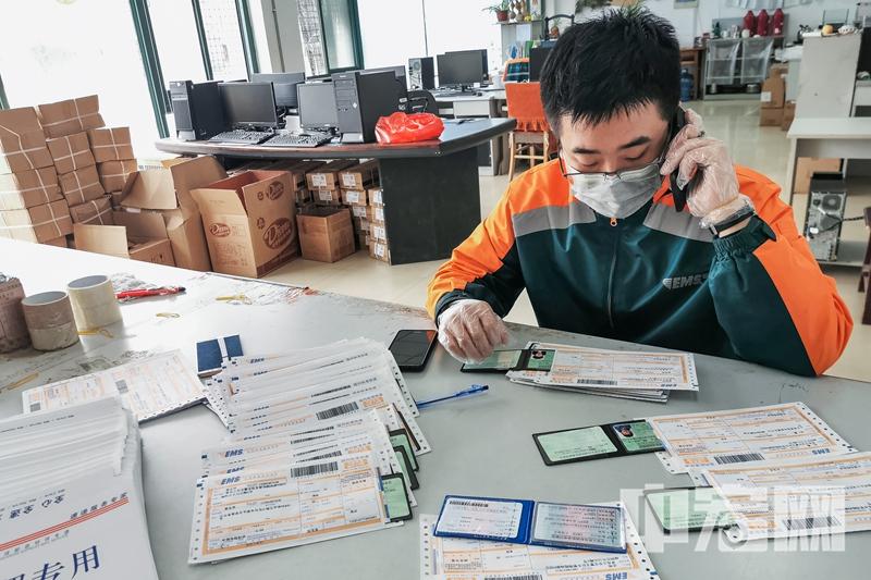 青岛邮政抗击疫情为岛城居民投递口罩.jpg