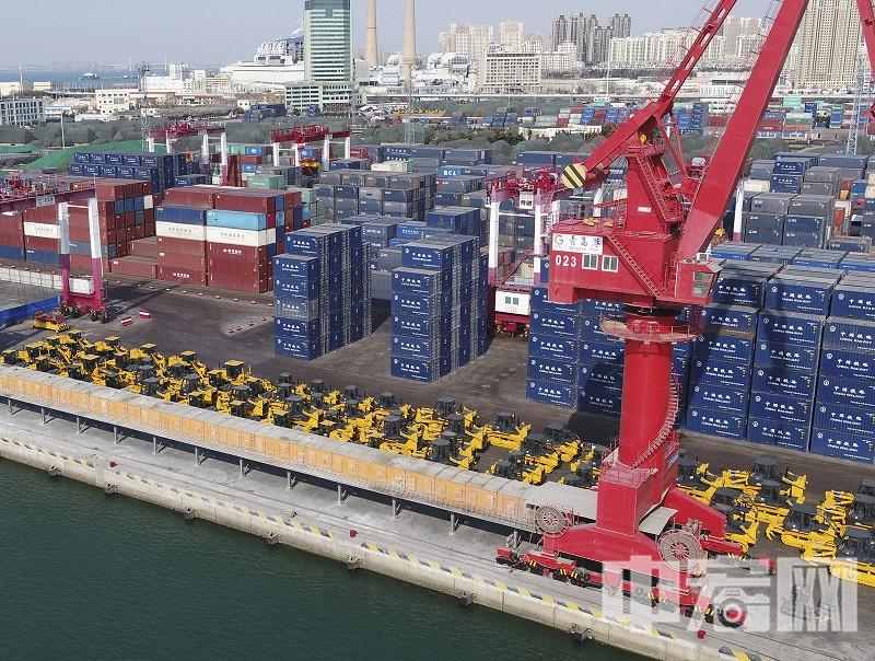 """今年3月山推班轮首航。全系列装备集结青岛港 ,助力""""一带一路""""沿线基础建设.jpg"""
