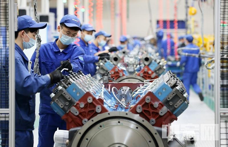 潍柴高速高端大缸径发动机生产线上,工人们正在赶制订单01.jpg
